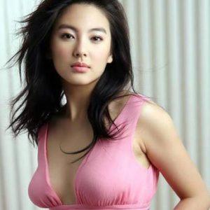 femme chinoise célibataire en robe rose